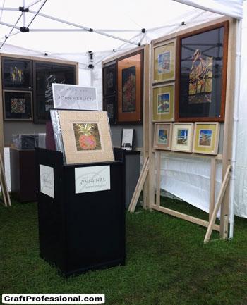 Pedestal to display prints