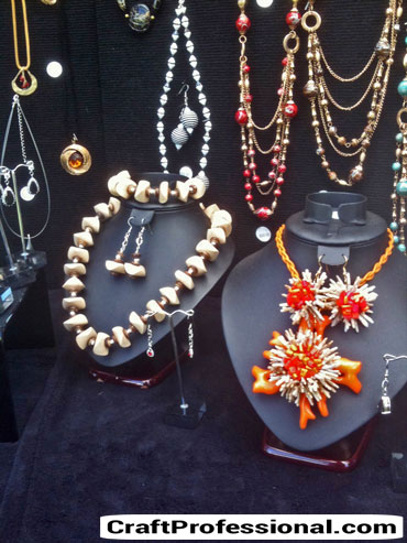 Dark jewelry display